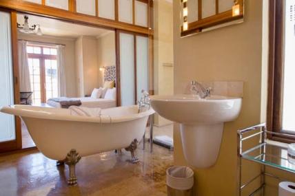 1563_1503492672-427666803_DWKV-classic-2bed-bathroom1[1].jpg